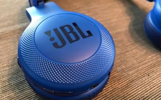 Obrázok ku článku Recenze JBL E45BT - Slušný vstup do světa bezdrátového poslechu